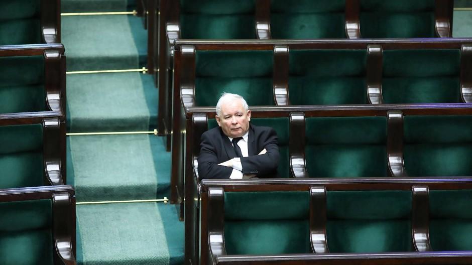 PiS-Chef Jaroslaw Kaczynski in den leeren Reihen des polnischen Parlaments.