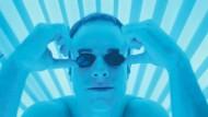 Bitte einmal Sommerbräune: Mann im Solarium