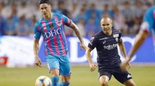 Zwei Granden des spanischen Fußballs: Fernando Torres von Sagan Tosu und sein Landsmann Andres Iniesta von Vissel Kobe