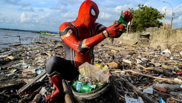 Superheld kämpft gegen Plastikmüll