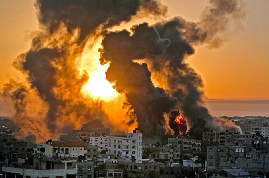 Feuer in Khan Yunis im südlichen Teil des Gazastreifens am 12. Mai nach einem israelischem Gegenangriff