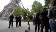 Polizisten blockieren den Zugang zum Eiffelturm für Touristen in Paris.