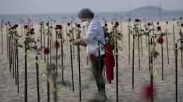 Rote Rosen für Corona-Tote an der Copacabana