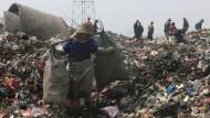 Eine Frau sammelt Reste auf einer Mülldeponie in Wuhan, der Hauptstadt der Provinz Hubei.