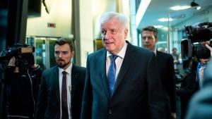 """Seehofer: Kein """"Spurwechsel"""" für alle abgelehnten Asylbewerber"""