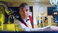 Schau an, da kommt der Film: Schmalfilm-Fan Jörg Maske hat im Keller seines Elternhauses in Berlin-Nikolassee ein Super-8-Heimkino eingerichtet.