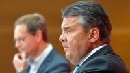 Ein sorgenvoller Blick zeichnet sich im wuchtigen Profil des SPD-Vorsitzenden Sigmar Gabriel bei der heutigen Pressekonferenz in Berlin ab. Im Hintergrund: Michael Müller
