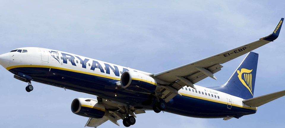 Ein Flugzeug von Ryanair im Landeanflug auf den Flughafen in El Prat de Llobregat.