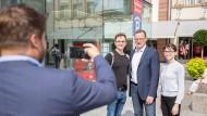 Mit dem lassen sich auch junge Wähler fotografieren: CDU-Nachwuchstalent Jens Spahn Mitte August in Fulda