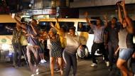 """""""Dass es wirklich passiert, ist fast nicht zu glauben"""": Jubelnde Zimbabwer im südafrikanischen Johannesburg"""
