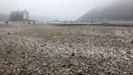 Klimawandel hautnah: Bei Bingen kann man zur Zeit trockenen Fußes durch den Rhein zum Mäuseturm spazieren