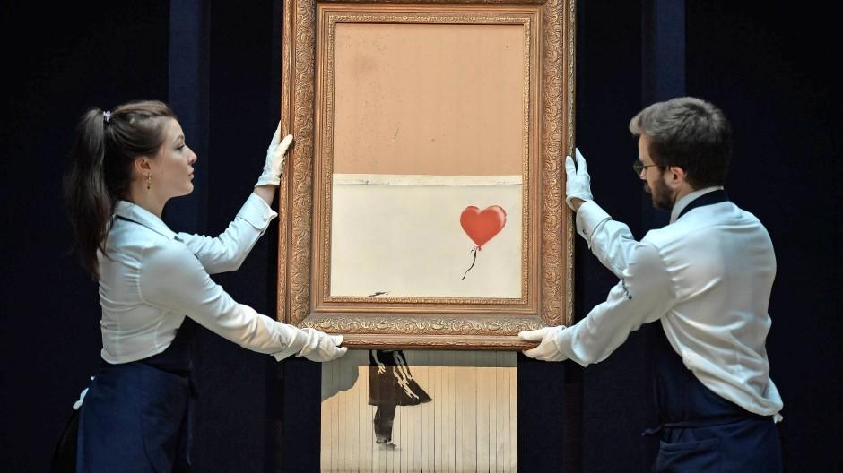 """Das Gemälde """"Girl with balloon"""" von Banksy schnitt ein eingebauter Schredder während einer Auktion in Streifen. Nun will Sotheby's das Bild für 6 Millionen Pfund versteigern."""
