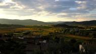 Die Abendsonne senkt sich über das Tal von Solomeo.