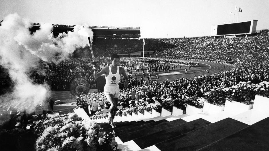 Fest für die Welt: Am 10. Oktober 1964 lief der letzte Fackelläufer, Yoshinori Sakai, zur Eröffnung der Olympischen Sommerspiele die Treppen im Stadion hoch.