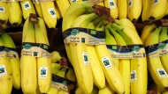 Bio-Bananen mit dem Fairtrade-Siegel werden in einem Supermarkt angeboten.
