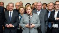 Bundeskanzlerin Angela Merkel (CDU) in der Nacht von Sonntag auf Montag mit Vertretern der Union