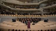Star-Designer Karl Lagerfeld hat mit einer exklusiven Modenschau und prominenten Gästen in der Hamburger Elbphilharmonie eine Premiere gefeiert: Für Chanel machte er den Großen Saal des Konzerthauses am Mittwochabend erstmals zum Laufsteg.