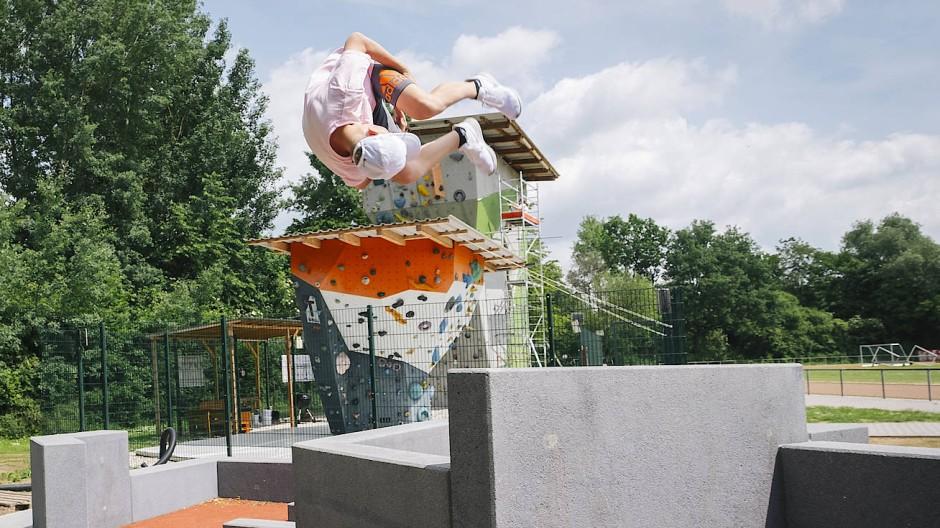 Nachwuchs Freerunner Jonathan springt einen Salto von einem Betonelement der Parkour-Anlage in Nieder-Erlenbach.