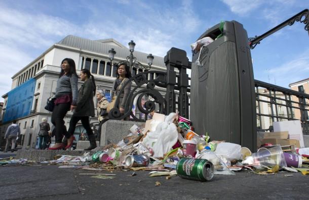 Stadtbummel im Müll: Madrid am Sonntag an der Metro-Station Opera