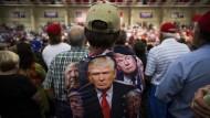 Vorne spricht das Original, doch das Konterfei strahlt auch vom Rücken: Ein Trump-Anhänger bei einer Wahlkampfveranstaltung Anfang November 2016 in Concord, North Carolina.