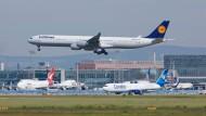 Im Luftverkehr sind Umweltzertifikate längst Wirklichkeit: Lufthansa-Maschine über dem Frankfurter Flughafen