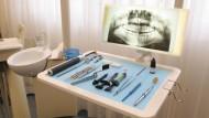 Eine Frage der Perspektive: Marterwerkzeuge für den Patienten und Geldquelle für den Arzt.