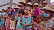 Kinder und Ältere, die in Myanmar vertrieben wurden und in einem Kloster im östlichen Shan-Staat Zuflucht suchen. warten auf Nahrungsmittel.