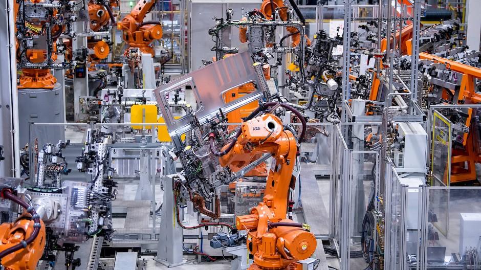 Die bayerische Metall- und Elektroindustrie rechnet infolge des verschärften Lockdowns für die kommenden Monate mit hoher Kurzarbeit in den Betrieben.