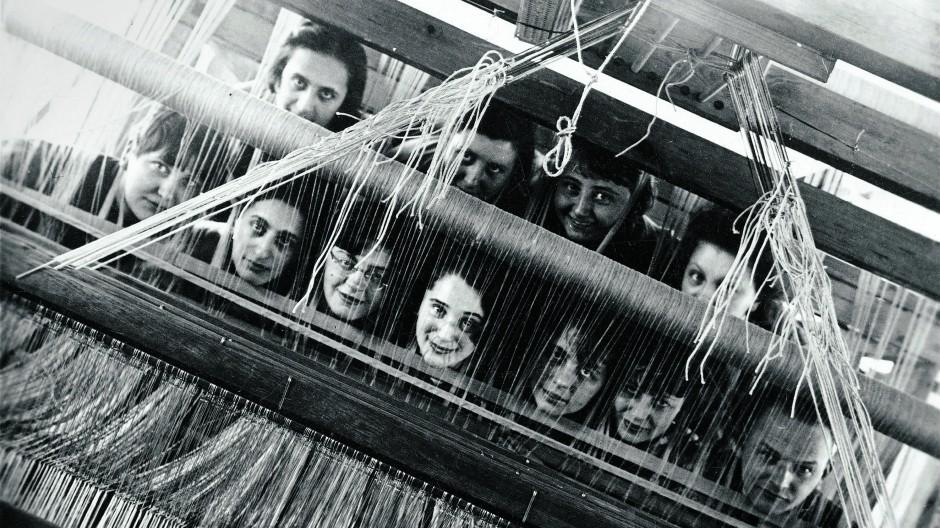 Leben am Bauhaus: Gruppenporträt aus der Werkstatt der Weberei