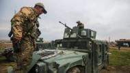 Irakische Soldaten bereiten sich in der Nähe von Mossul auf einen Einsatz vor.