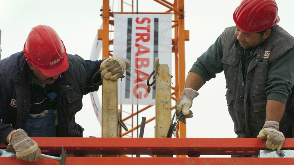 Bauarbeiter montieren auf einer Baustelle des Konzerns Strabag in Köln.
