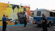 Berlin: Ein Graffiti des ermordeten Intensivtäters Nidal R. wird am Tempelhofer Feld unter Polizeischutz übermalt.