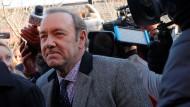 Kevin Spacey erschien in dunklem Anzug, gemusterter Krawatte und Hemd zu dem Termin.