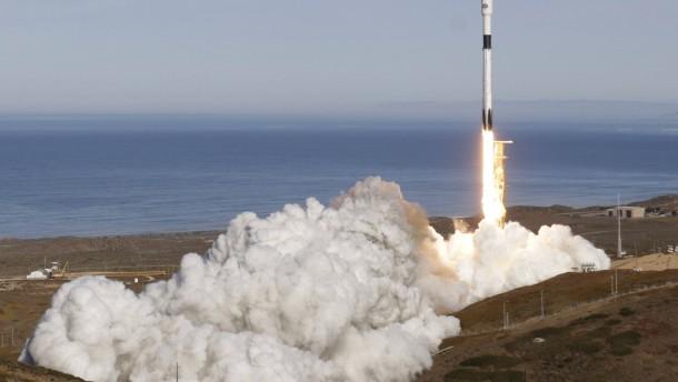 SpaceX befördert Satelliten mit erprobter Rakete ins All