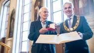 Bodo Kirchhoff bei der Verleihung der Goethe-Plakette mit dem Frankfurter Oberbürgermeister Peter Feldmann