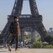 Ein Passant mit Maske am Place du Trocadéro, im Hintergrund der Eiffelturm