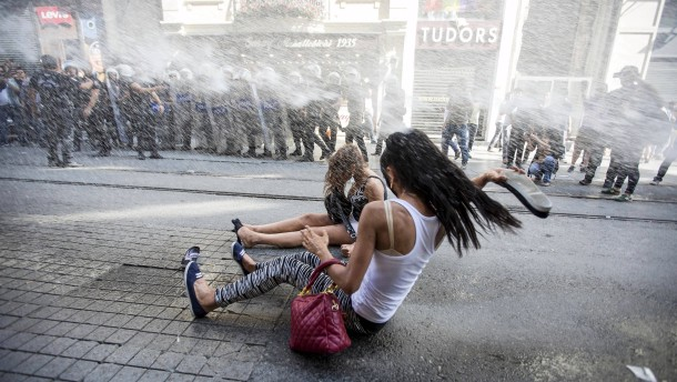 Wasserwerfer gegen feiernde Demonstranten