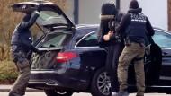 In Karlsruhe wird ein Verdächtiger am Samstag abgeführt.