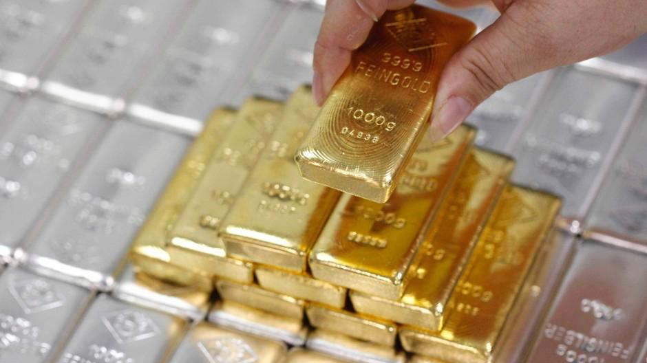 Deutlich mehr wert: Gold inmitten von Silberbarren