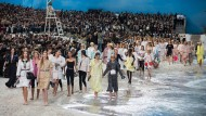 Im Oktober 2018 verwandelte Karl Lagerfeld den Grand Palais in eine Chanel-Insel – Wasser inklusive.