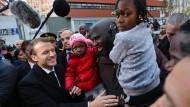 Emmanuel Macron zeigt sich volksnahe. Im sozialen Brennpunkt Clichy-sous-Bois im Norden von Paris kommt er mit den Bürgern ins Gespräch.