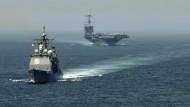"""Der Flugzeugträger """"USS Harry S. Truman"""" (r.) und der Kreuzer """"USS Gettysburg"""" auf dem Weg Richtung Nahost"""