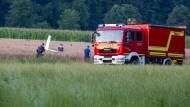 Bayern, Weißenhorn: Einsatzkräfte arbeiten an der Absturzstelle von einem Kleinflugzeug in einem Getreidefeld.