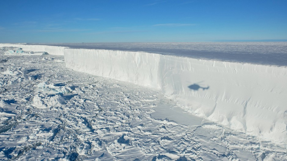 Beim Helikopterflug entlang der Eiskante des frisch abgebrochenen Eisbergs A 74 ist der Schatten des Hubschraubers auf dem Eis zu sehen. (Archivbild)