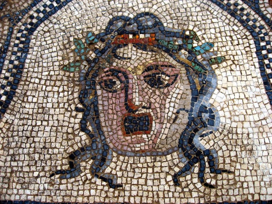 Ein Mosaik aus jahrtausendealter Kultur: Medusa im Musée de Romanité