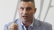 """""""Undemokratisch und verfassungswidrig"""": Bürgermeister Klitschko vor dem Wappen der ukrainischen Hauptstadt Kiew"""