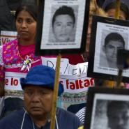 Angehörige und Unterstützer tragen 2016 bei einem Protest in Mexiko-Stadt Bilder der 43 vermissten Studenten.