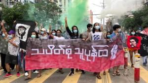 Jetzt brennen bei Protesten ASEAN-Flaggen