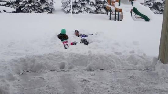 Tauchen und Skifahren im Neuschnee