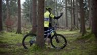 Er steht im Wald: Da staunt der Mountainbiker, und sein iPhone-Navi wundert sich. Die passende Software sucht indes gute Wege für jeden Rad-Typ.